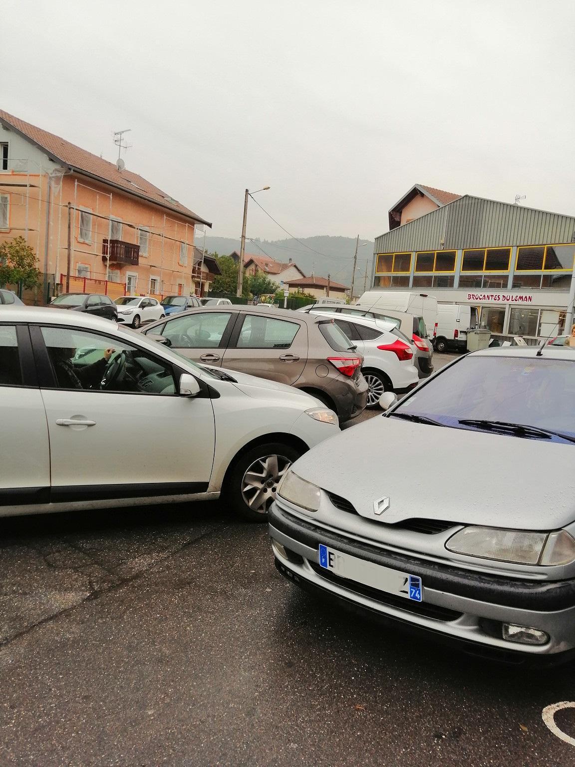 Au Secours Populaire, les voitures se garent devant les sorties, sur les trottoirs. Les usagers tentent de se garer sur un parking qu'ils savent pourtant plein.