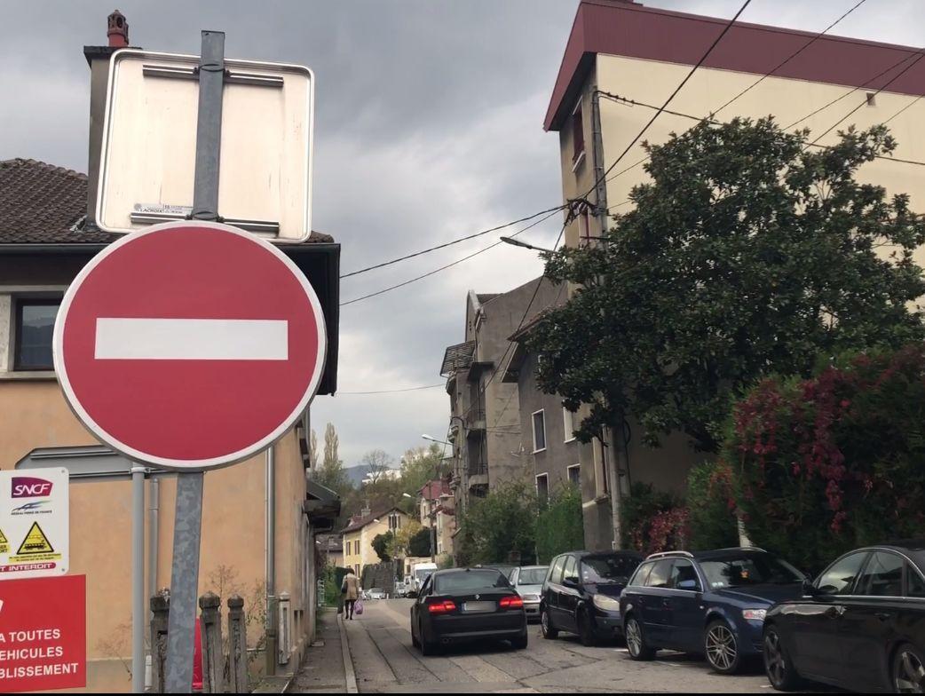 La rue est, pour l'heure, en sens unique, ce qui ne gêne a priori pas certains...