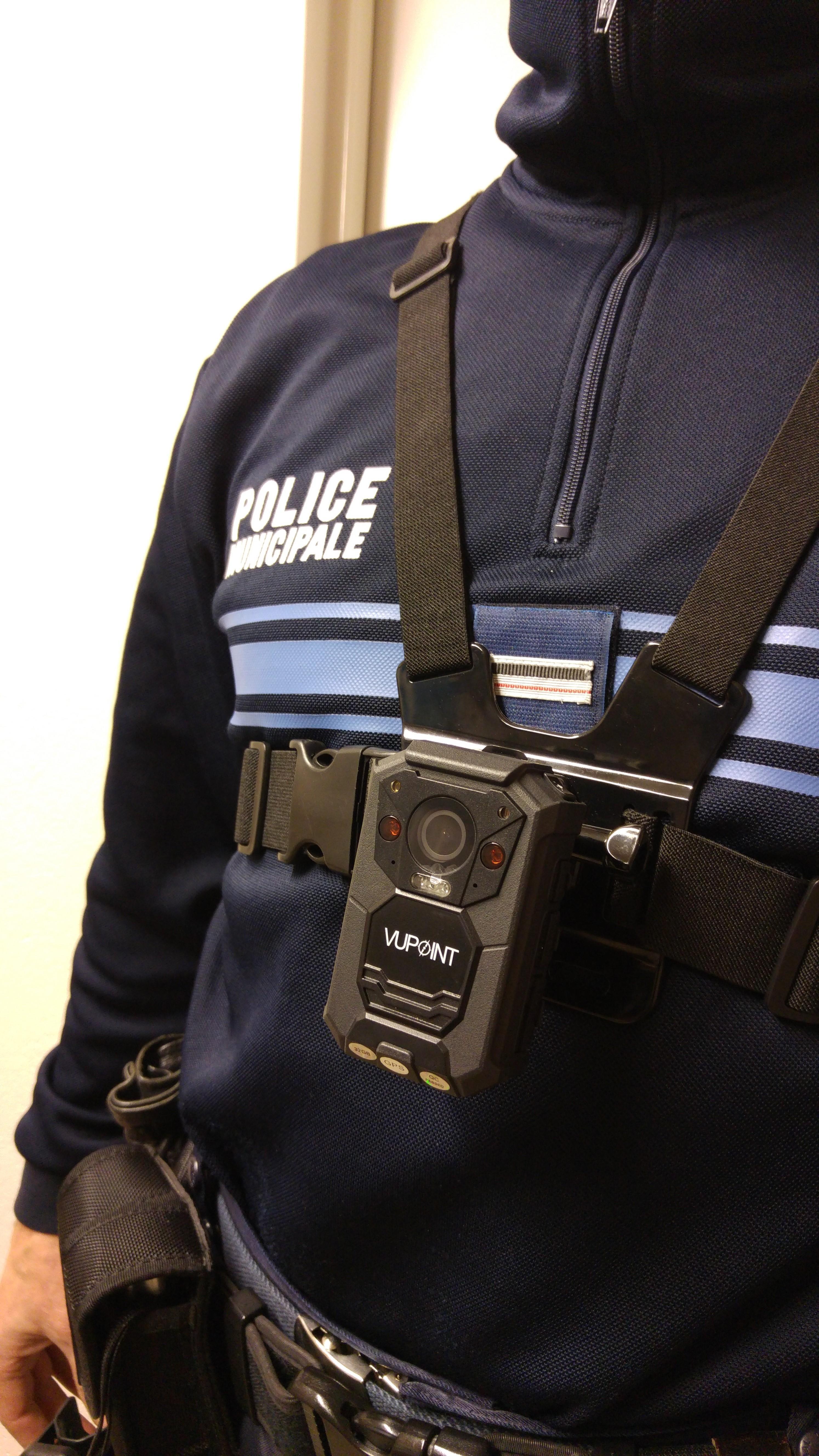 D'après la loi, « les caméras sont portées de façon apparente par les agents ».