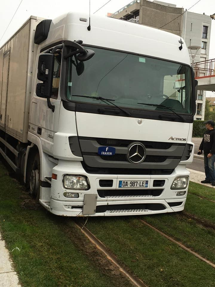 Annemasse : les pelouses du tram labourées… par un camion
