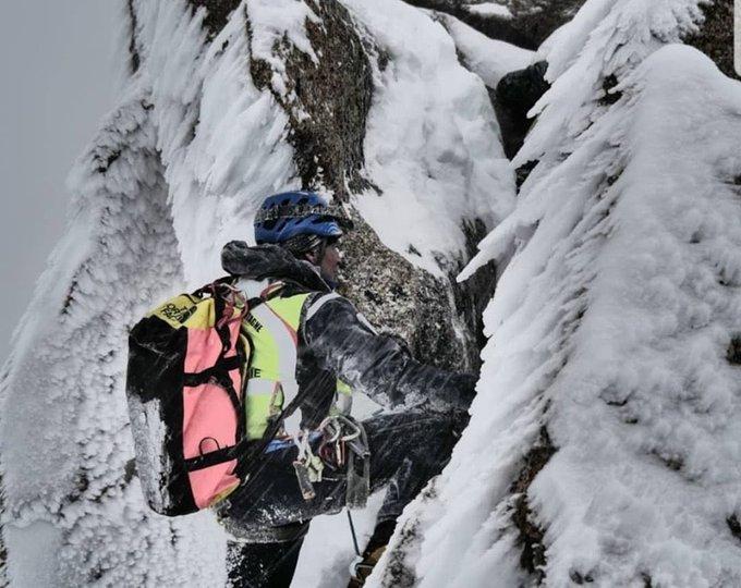 Vendredi 1er novembre, une caravane terreste des gendarmes du PGHM de Chamonix est intervenue pour secourir deux alpinistes bloqués dans l'arête des Cosmiques, dans le massif du Mont-Blanc. (Photo twitter PGHM de Chamonix)