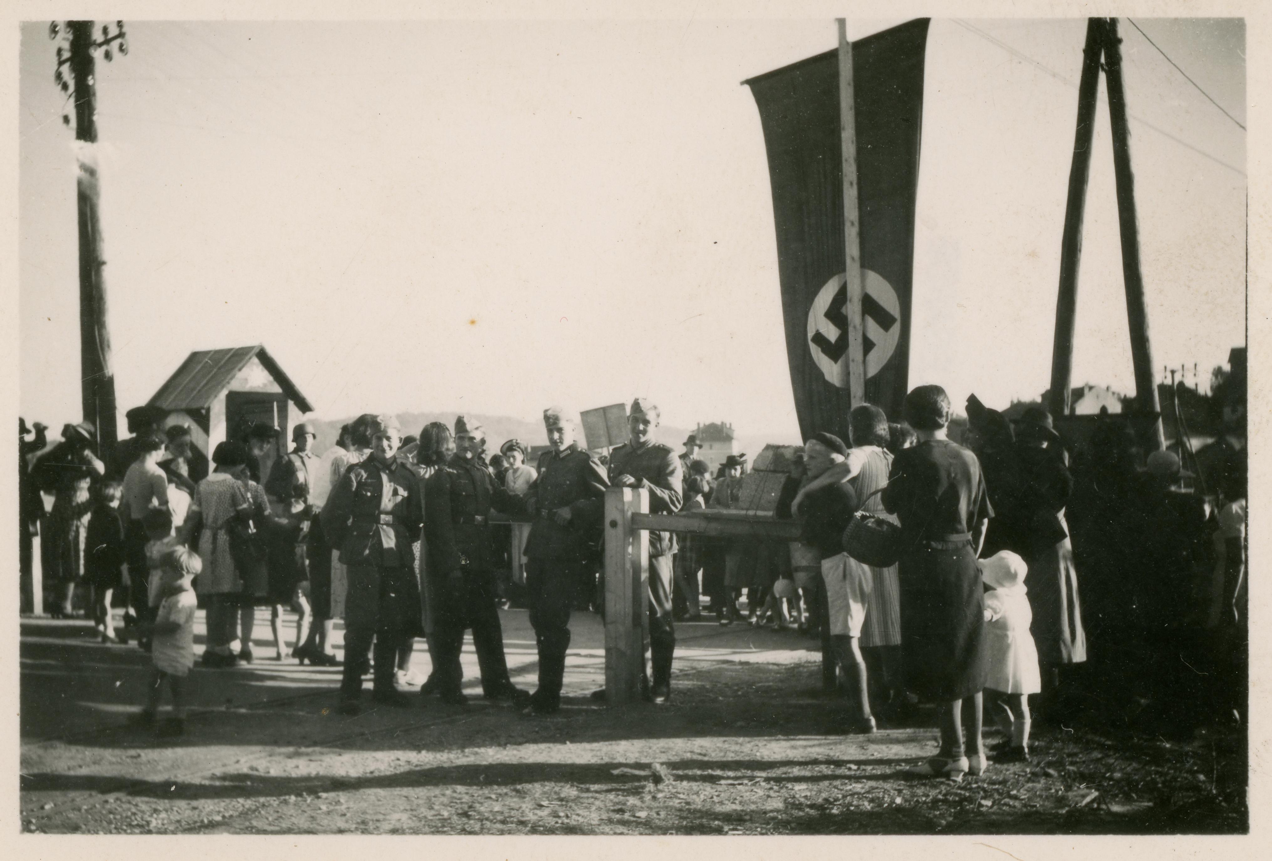 La ligne de démarcation au bout du pont du Tram, à La Pierre, avec le poste de contrôle allemand.