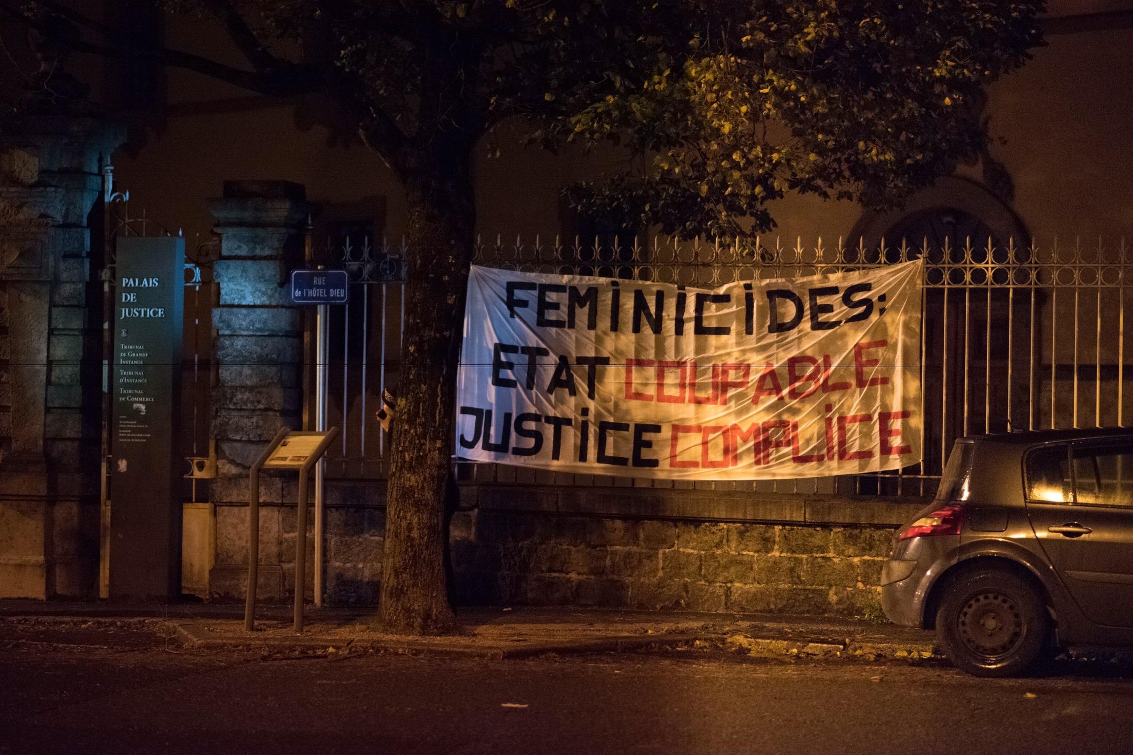 Les affiches n'ayant pu être collées sur le mur d'enceinte du tribunal de Thonon-les-Bains, c'est une banderole qui a été accrochée aux grilles dans la nuit du 3 au 4 novembre. Elle a été enlevée depuis le lendemain matin.