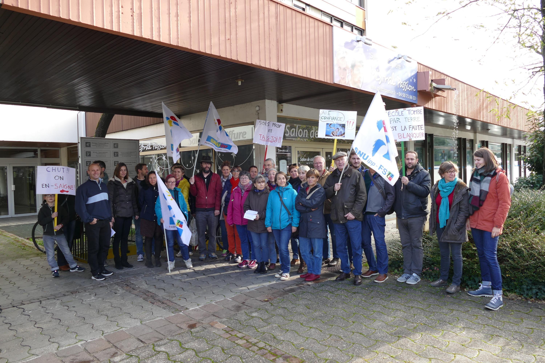 Mercredi 6 novembre, à l'appel de leurs principaux syndicats, des enseignants et directeurs d'école du Chablais sont venus alerter leur hiérarchie sur la souffrance au travail. Ils étaient une trentaine devant l'Inspection académique à Thonon-les-Bains.