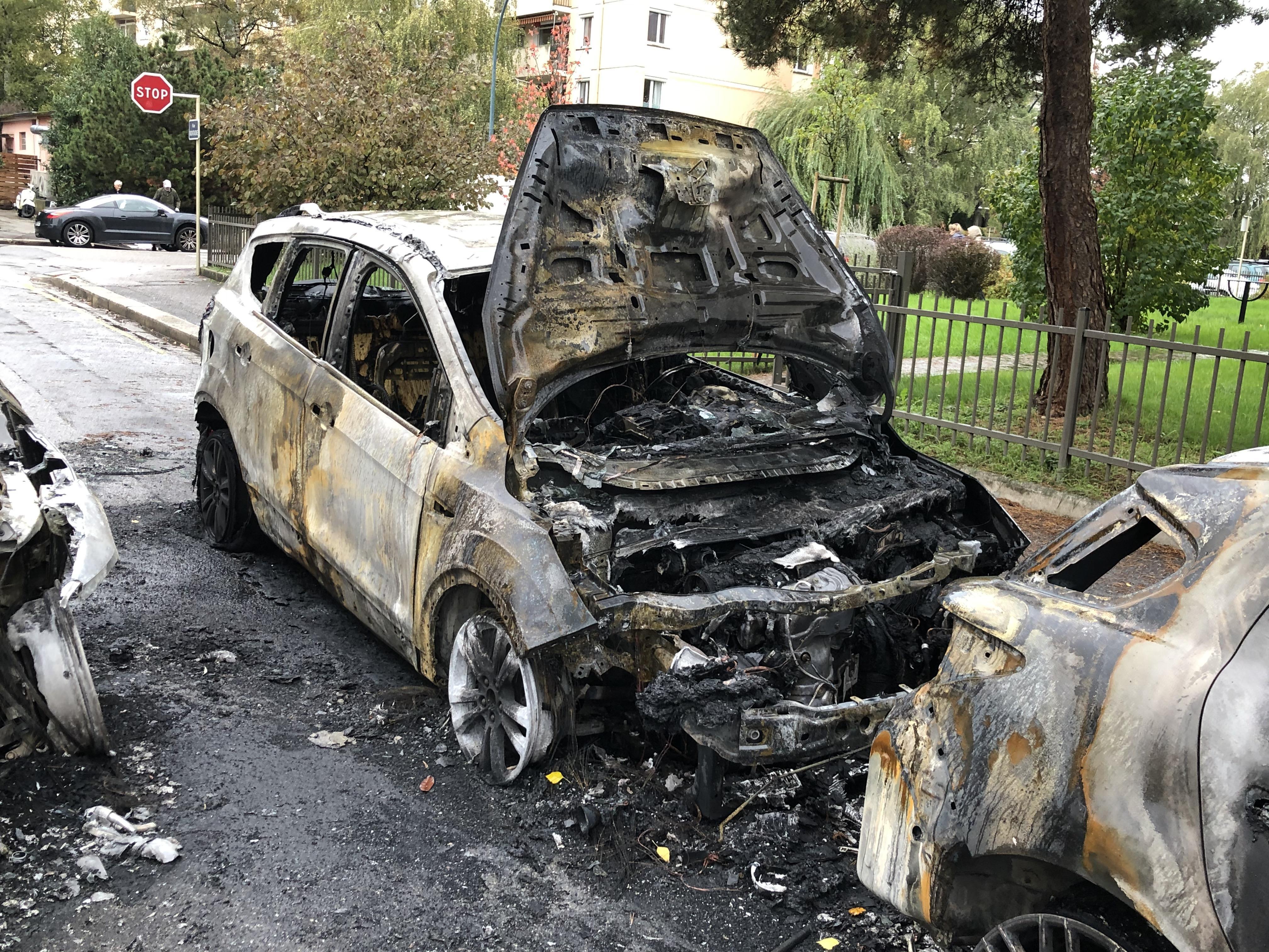 Annecy : une voiture brûle, les flammes se propagent à trois autres véhicules