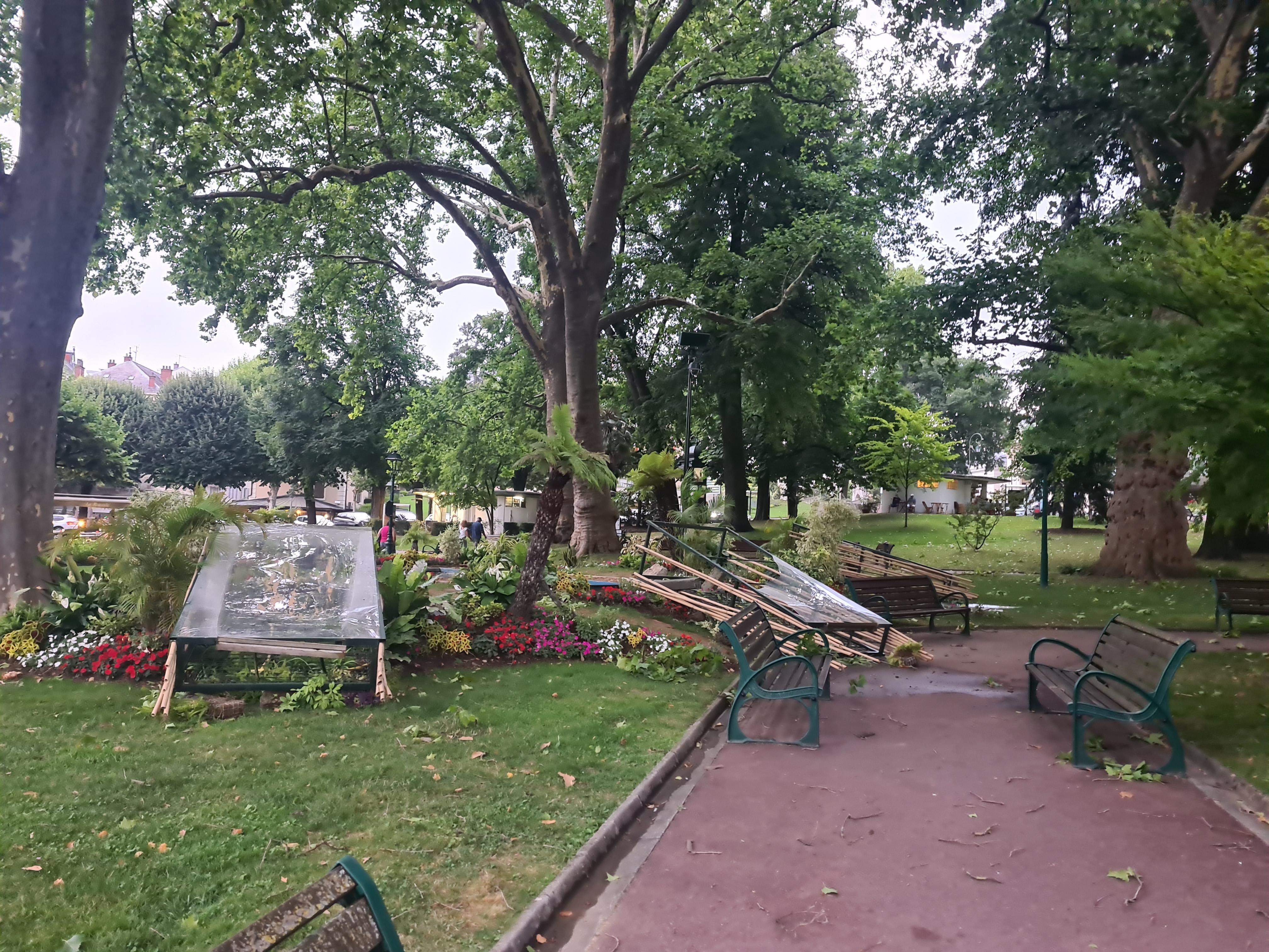Le vent a endommagé le parc de verdure à Aix-les-Bains, où une mini-forêt tropicale avait été aménagée pour l'été.