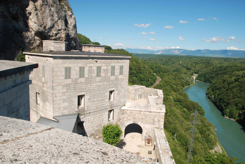 Une vue sur le Rhône et le fort inférieur. La visite s'achève sur un cul-de-sac. Une très belle scénographie autour des chauves-souris. 1165 marches à monter jusqu'au Fort d'en haut.