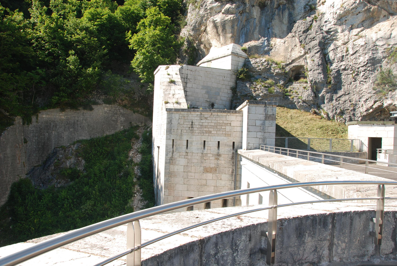 À flanc de colline, le fort se mêle au rocher.