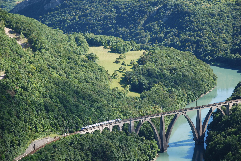 La voie ferrée traverse le Rhône entre le Vuache et le Fort.