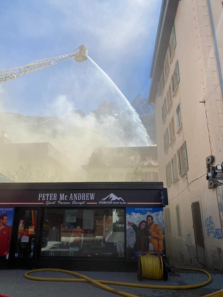 Jeudi 20 août, un feu est en cours dans le centre-ville de Chamonix, rue du Docteur-Paccard. Les pompiers interviennent depuis midi environ. Photo Pompiers de Chamonix