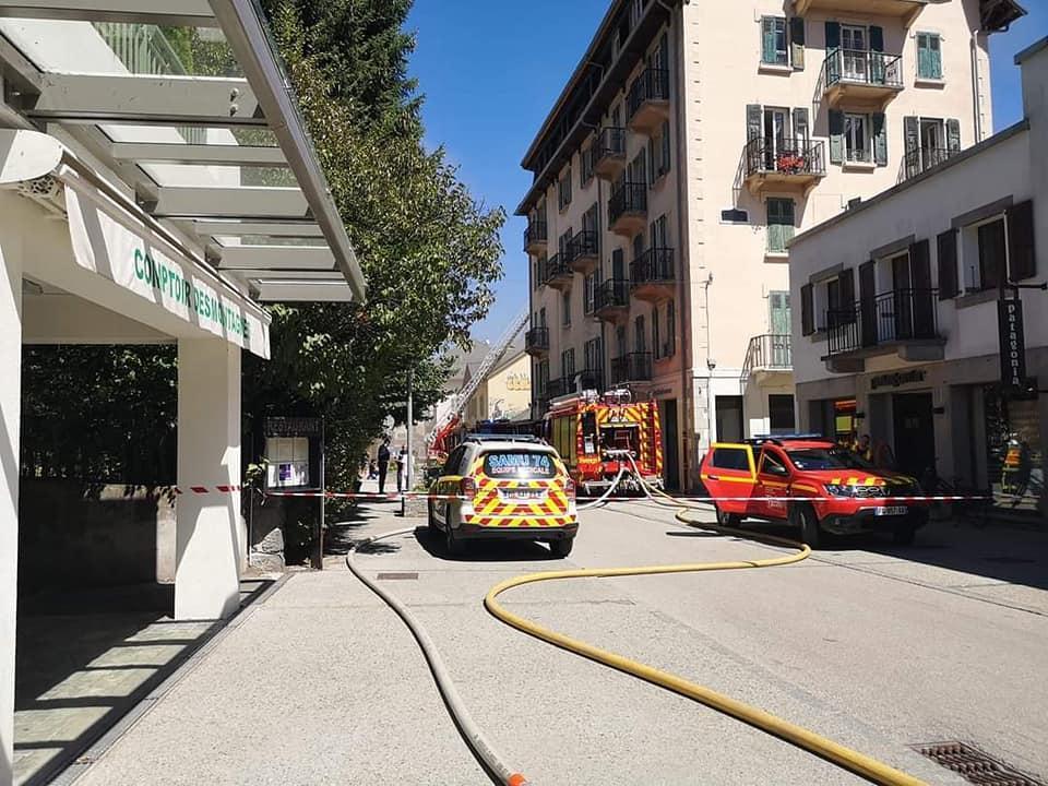 (PHOTOS) Feu à Chamonix : un bilan de 27 personnes impliquées dont 14 sapeurs-pompiers