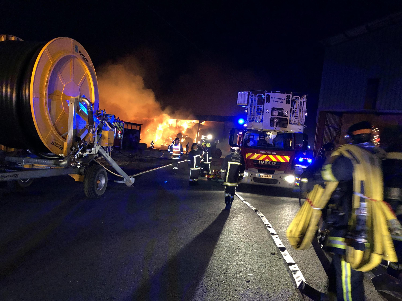 De très nombreux sapeurs-pompiers ont été mobilisés afin d'éteindre les flammes.