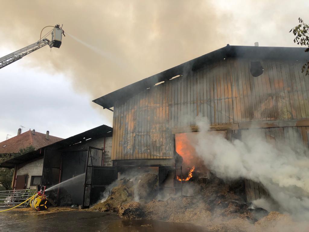 Un énorme feu de ferme est en cours dans la commune de Scientrier. Les pompiers sont sur place.
