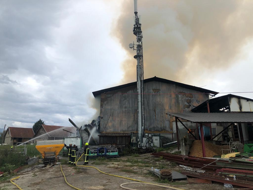 (VIDEO & PHOTOS) Scientrier : plus de 40 pompiers mobilisés sur un énorme feu de ferme