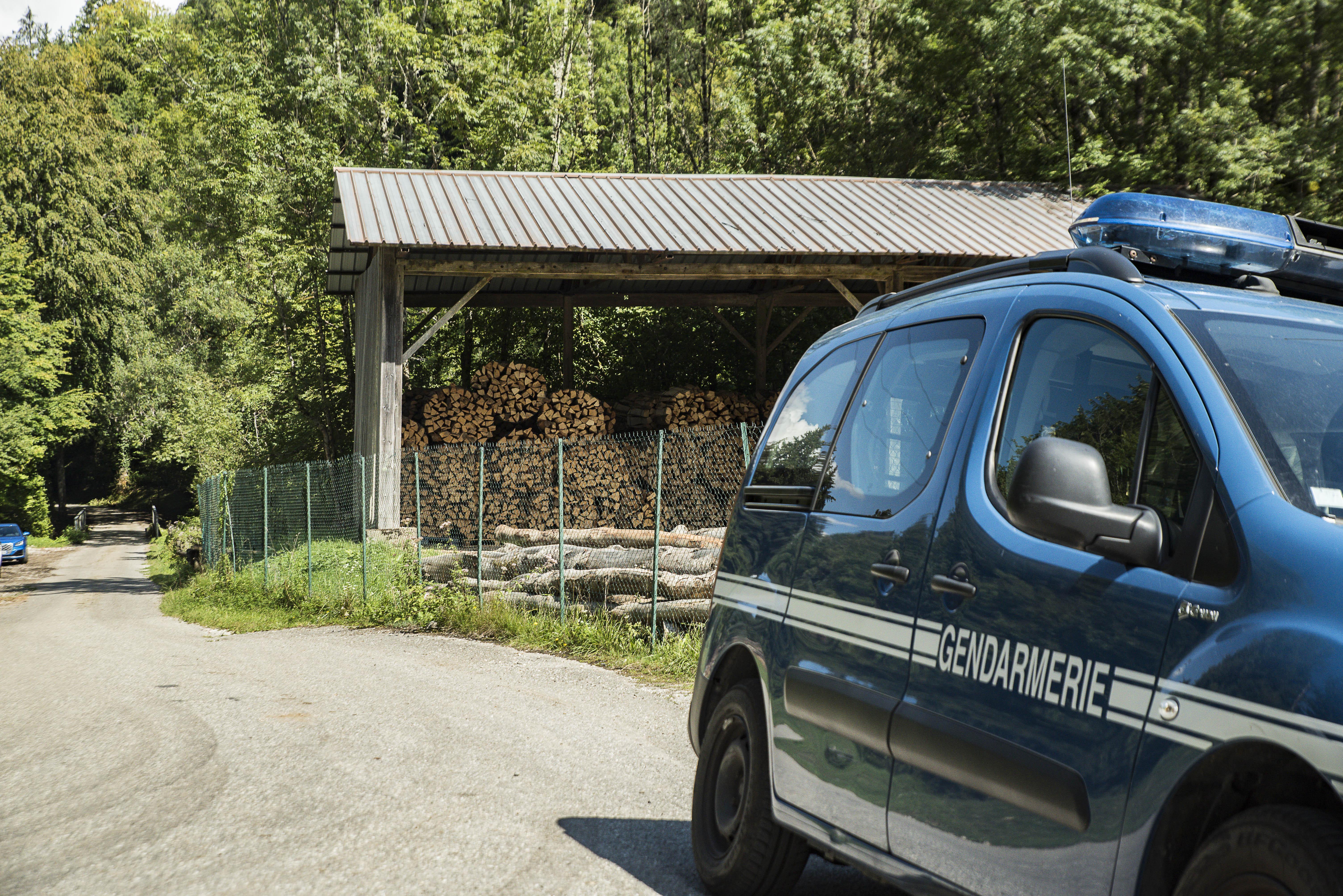 (VIDEOS & PHOTOS) Chevaline : un corps retrouvé à côté d'une voiture calcinée