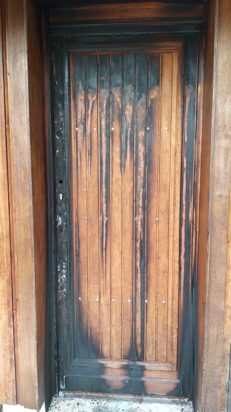 La porte du club de pétanque avait été incendiée.