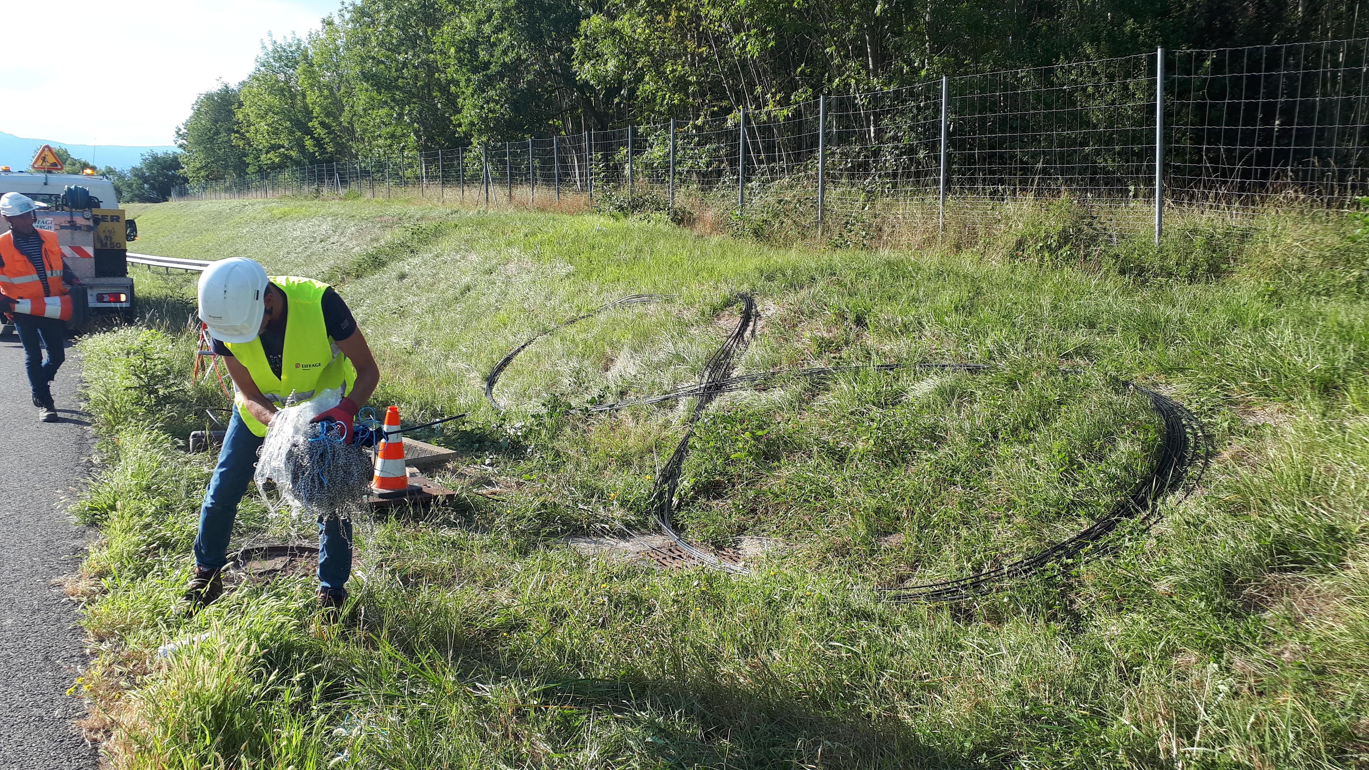 Jusqu'au 25 septembre, les agents posent la fibre optique le long de l'A40, entre Saint-Julien et Viry.