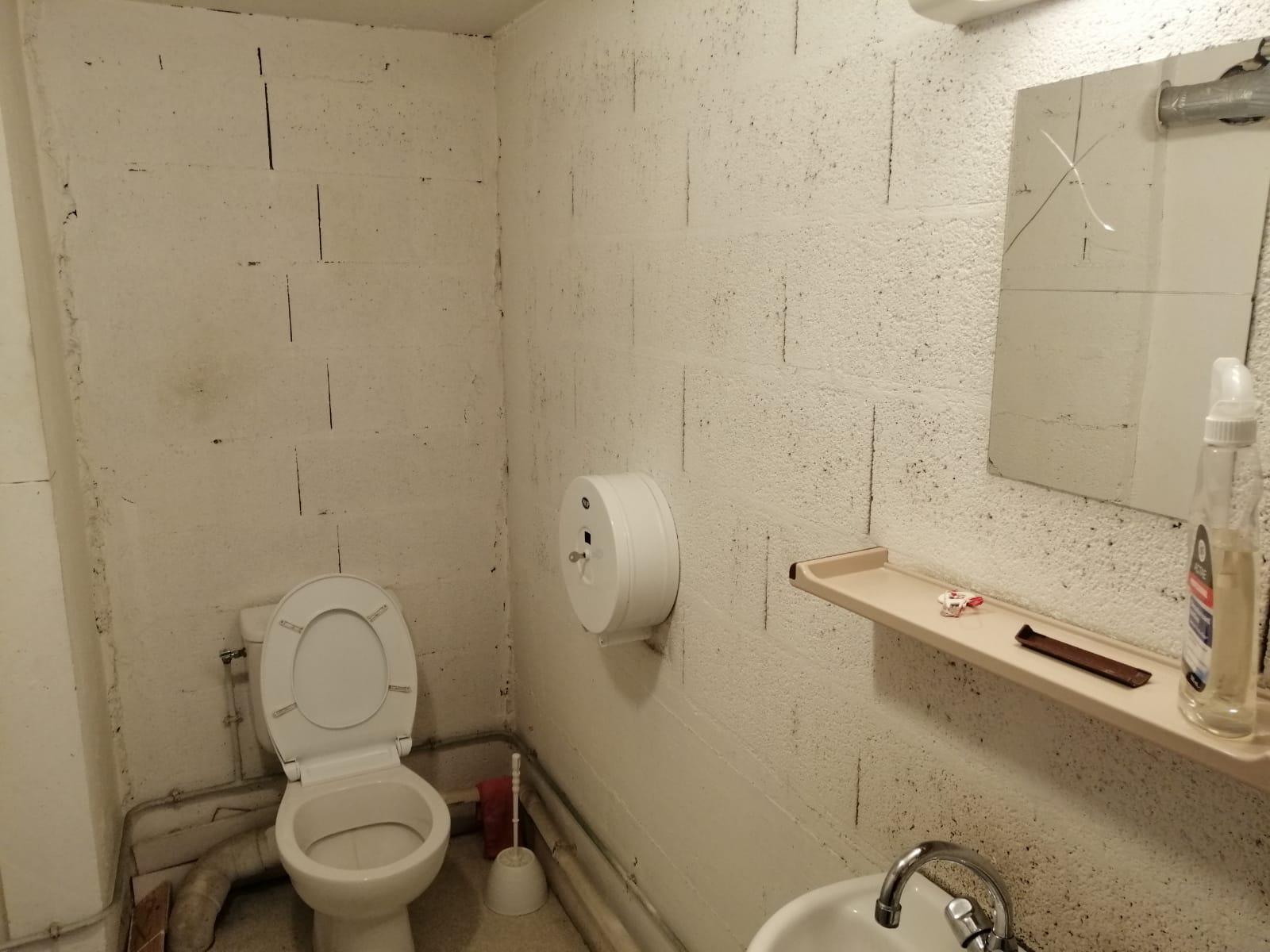 (PHOTOS) Annemasse: cafards, toilettes dans le vestiaire, vétusté… le triste local de la police municipale