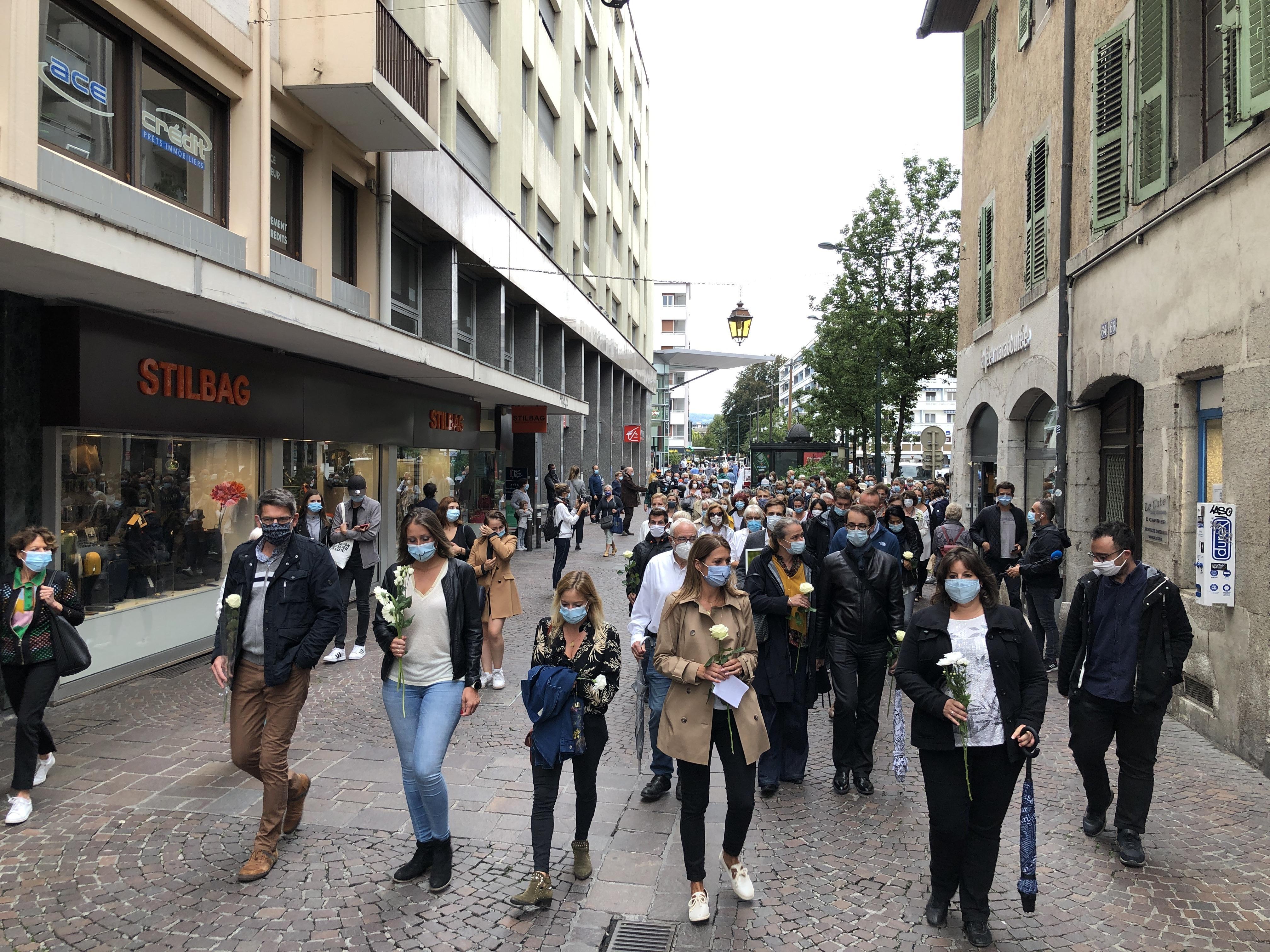 (VIDEOS & PHOTOS) Annecy : près de 300 personnes ont rendu hommage à la jeune psychologue abattue dans son cabinet