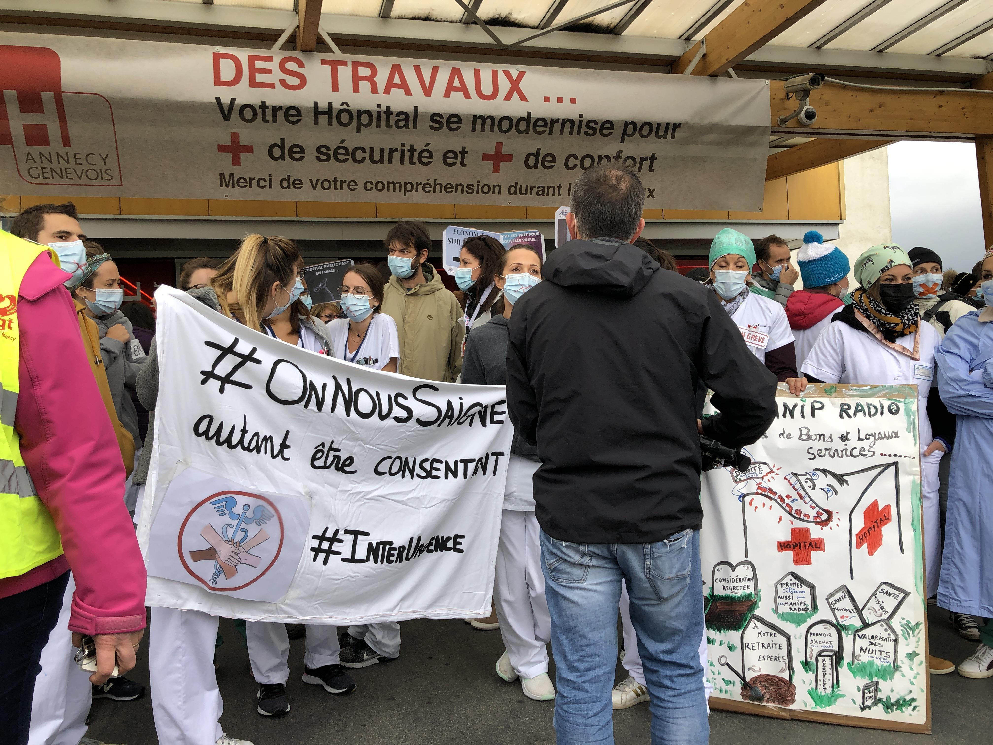 Environ 150 personnes ont manifesté devant l'hôpital d'Annecy, jeudi 15 octobre 2020.