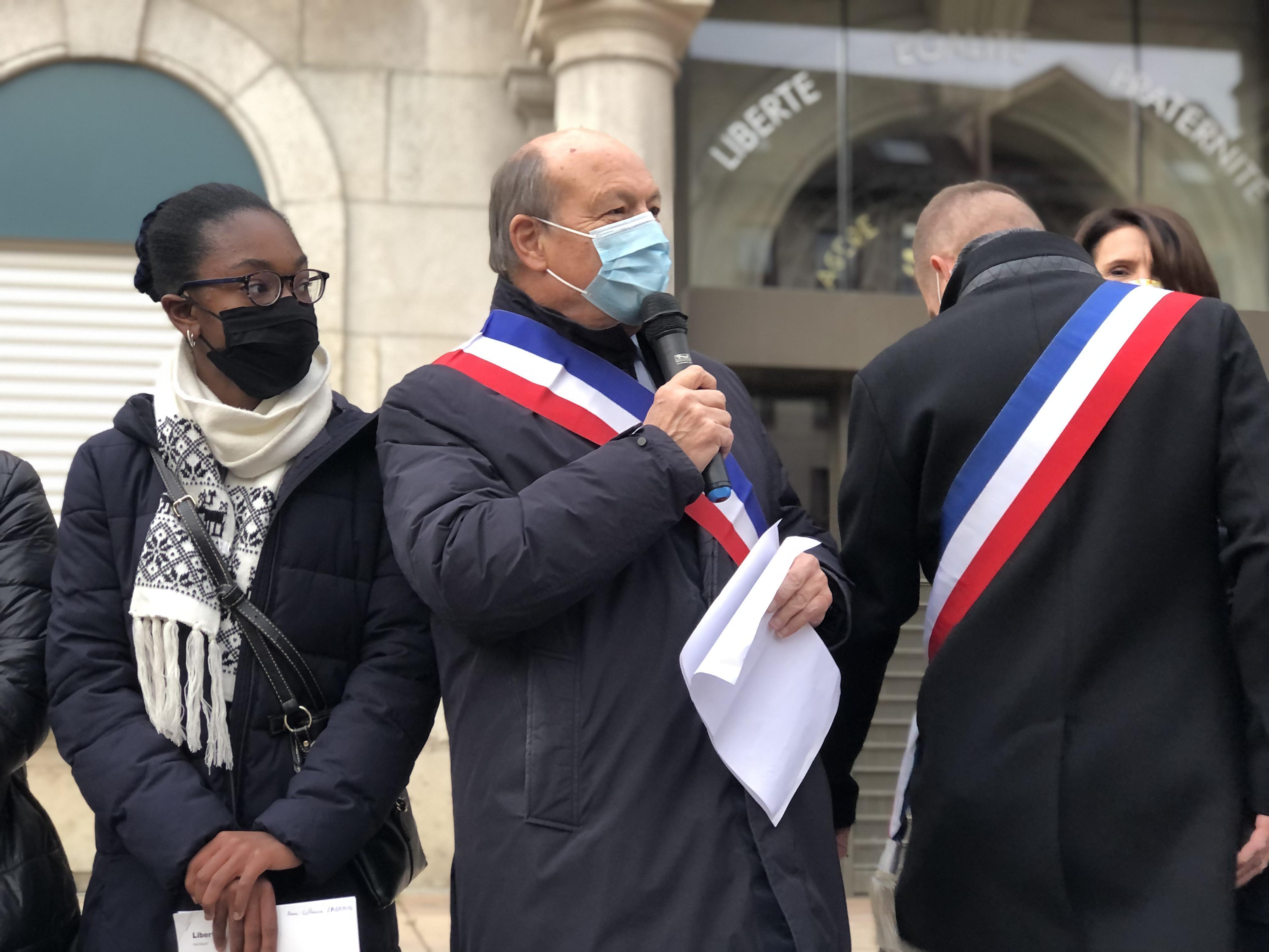 (VIDÉO & PHOTOS) Annemasse: 300 personnes sur la place de la mairie pour rendre hommage à Samuel Paty