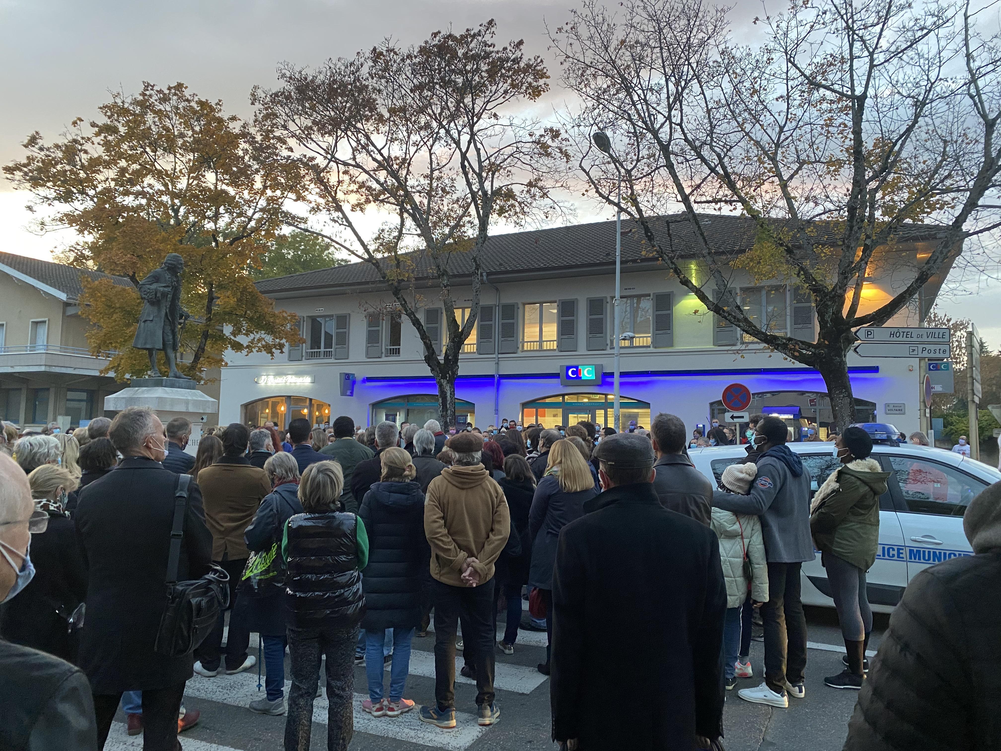 (PHOTOS & VIDEO) Ferney-Voltaire : plus d'une centaine de personnes présentes pour l'hommage à Samuel Paty