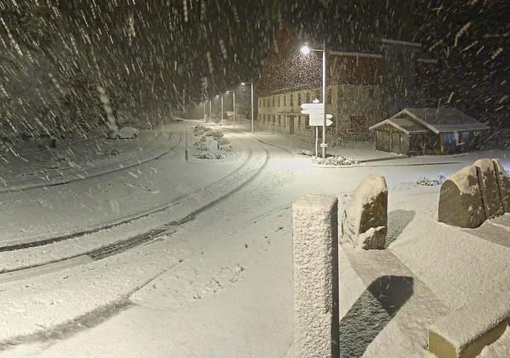 Dans la nuit, de gros flocons de neige sont tombés au Col de la Faucille.