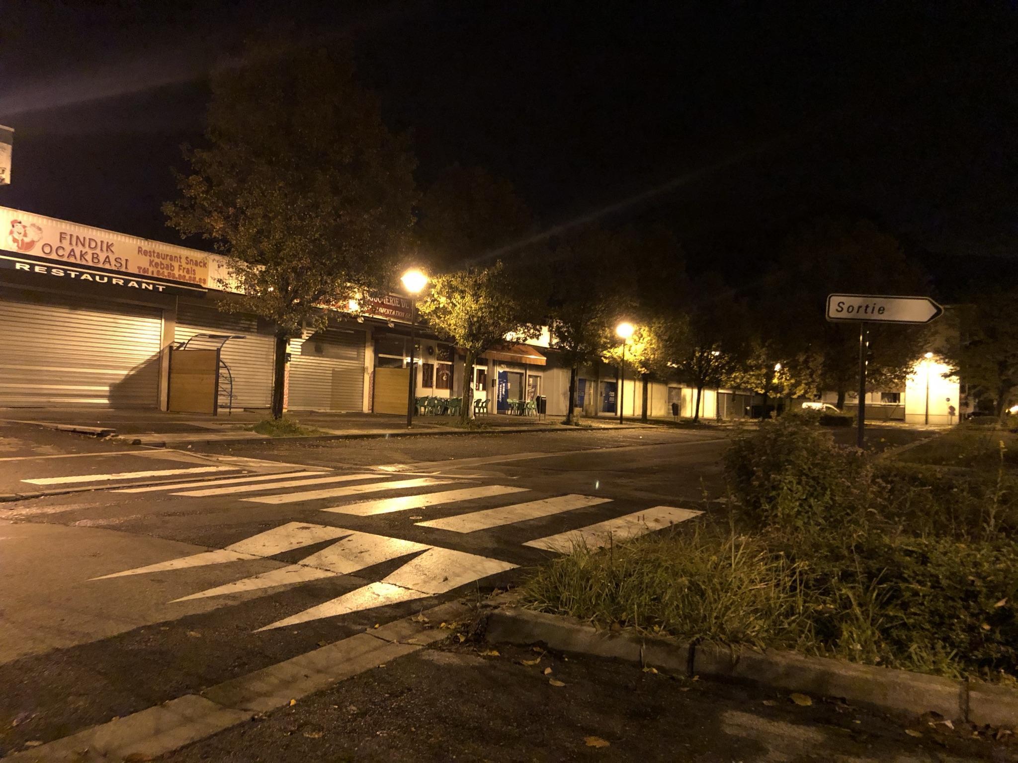 (PHOTOS) Cluses, une ville fantôme à l'heure du couvre-feu