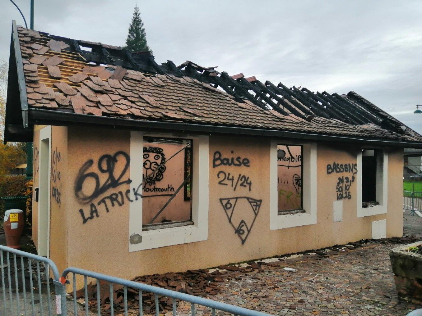 (PHOTOS & VIDEO) Echenevex : l'abribus incendié durant la nuit