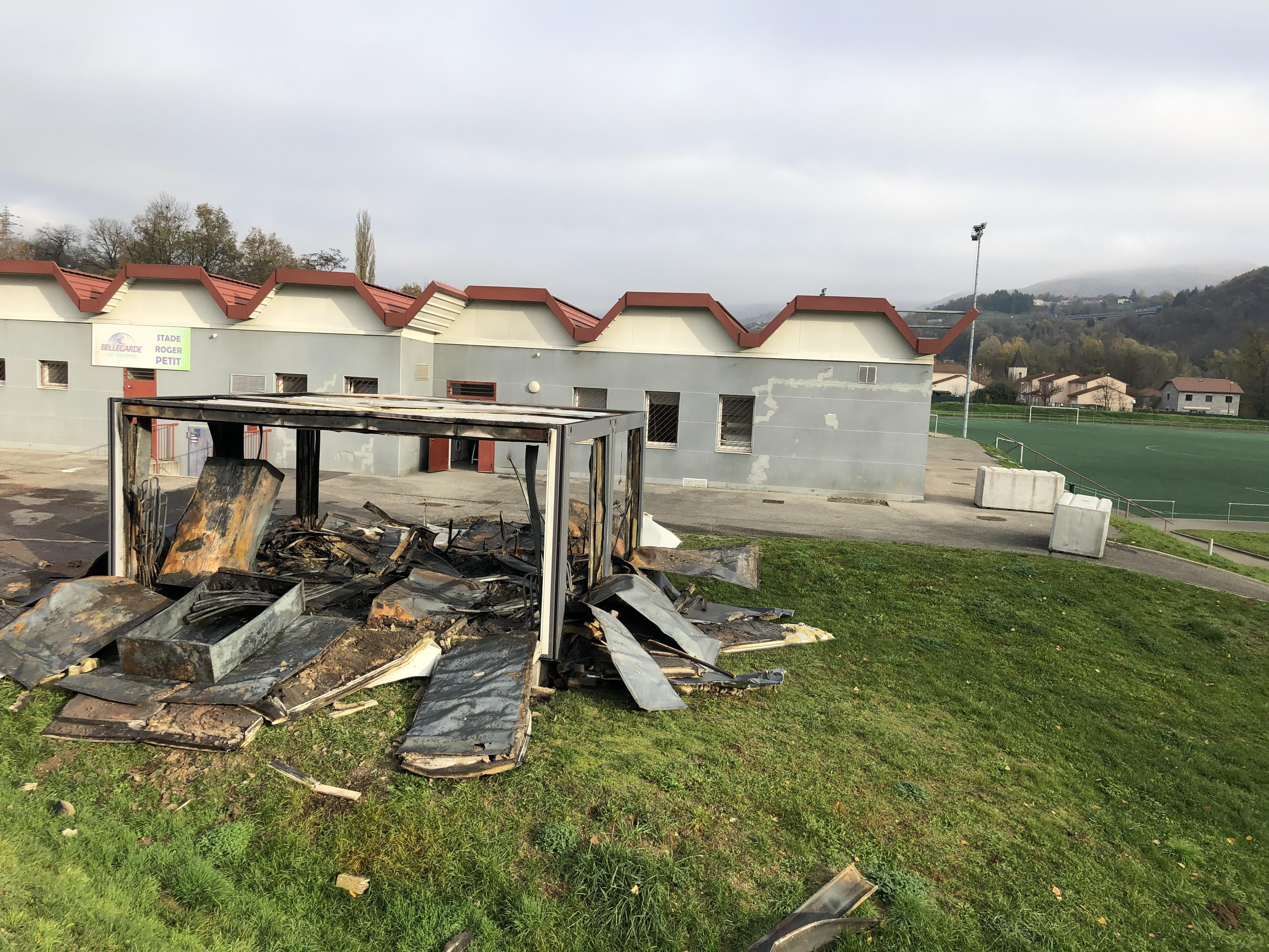 (PHOTOS & VIDEO) Bellegarde : des incendies en plusieurs points de la ville, Emmaüs et un bungalow du Concordia FC détruits