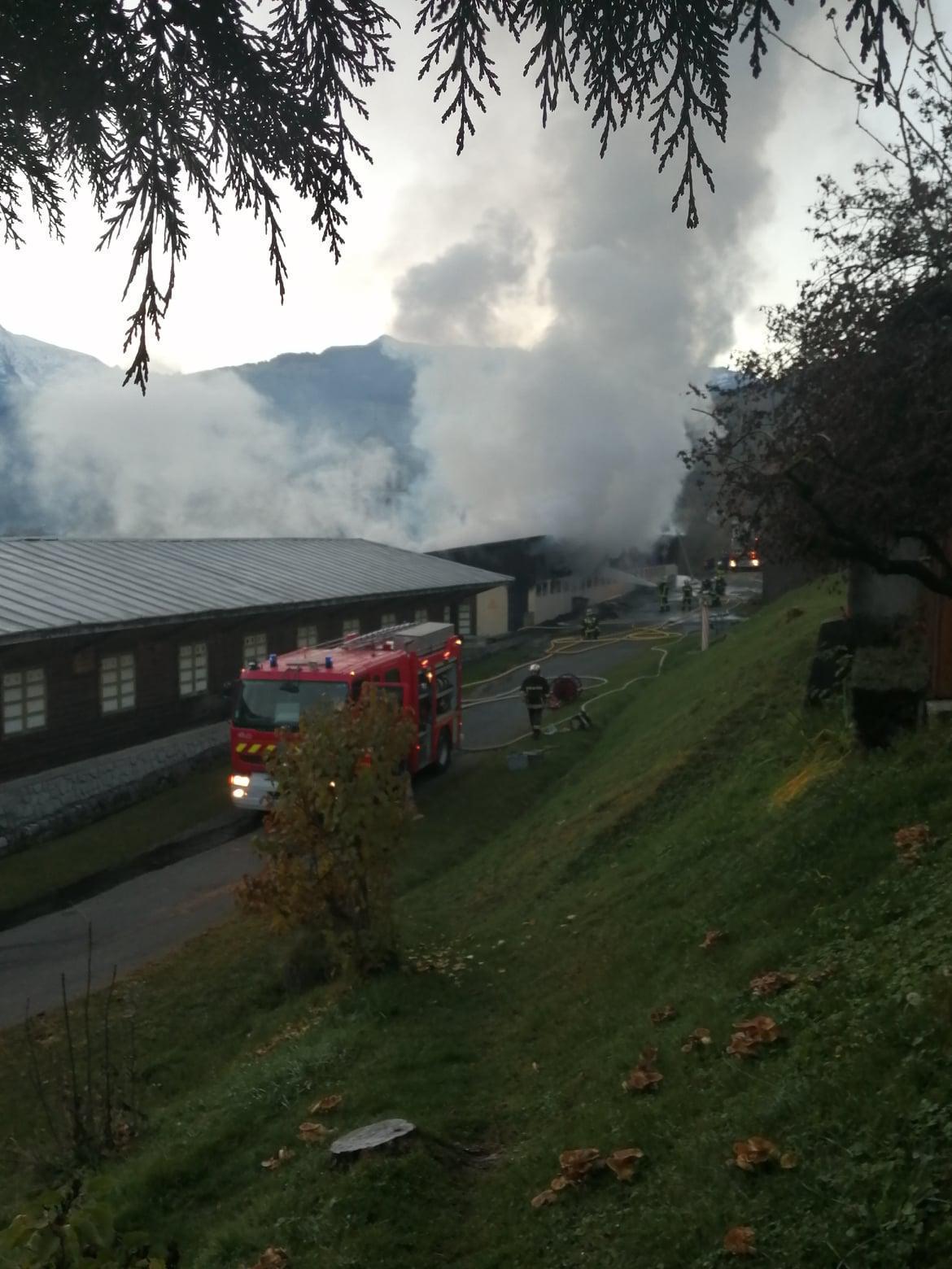 L'incendie a été maîtrisé en fin de matinée par les pompiers. Photos Valérie et Pascal Tubeuf.