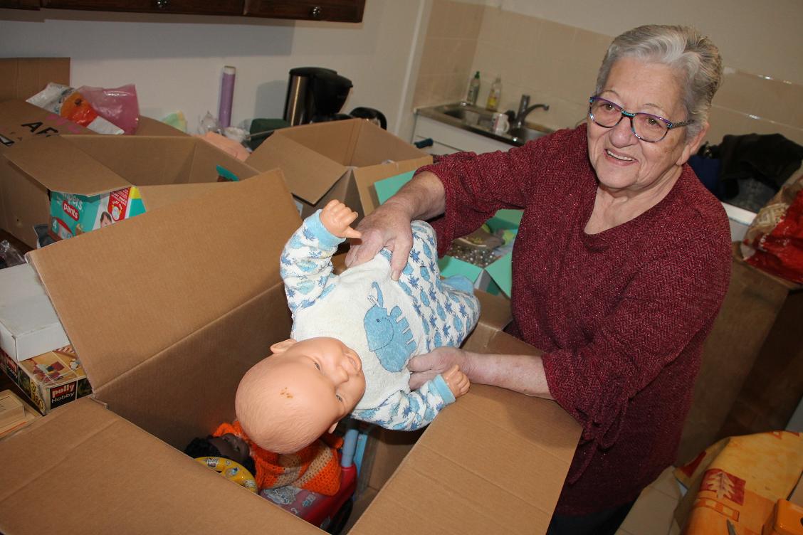 Michèle Maurice a récolté de nombreux jouets et vêtements pour les enfants camerounais. La collecte est terminée. Michèle cherche désormais des fonds pour financer le transport de 50 colis, de Paris à Yaoundé, la capitale du Cameroun.