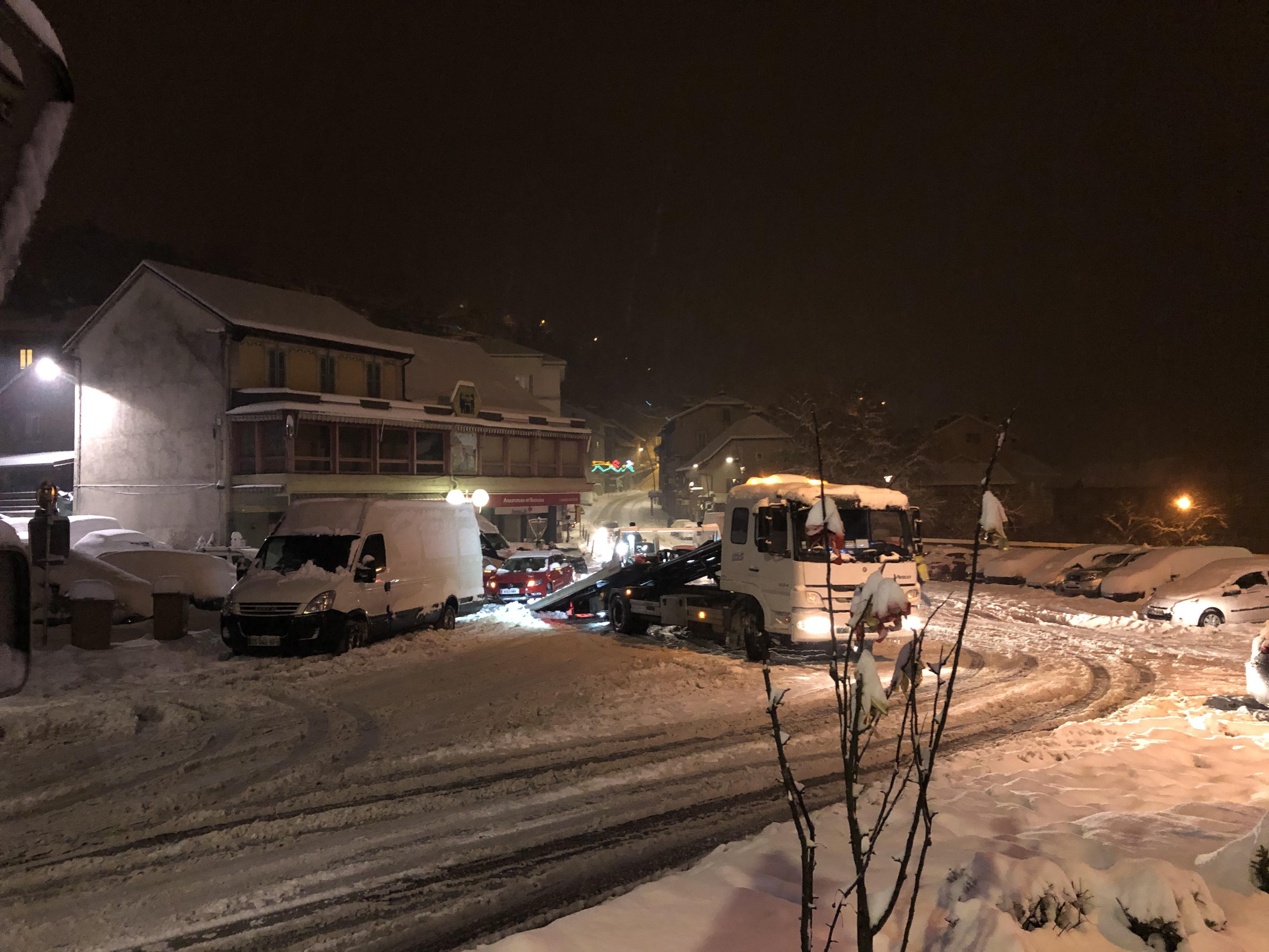 Une voiture est restée bloquée sur la place Bérard de Bellegarde.