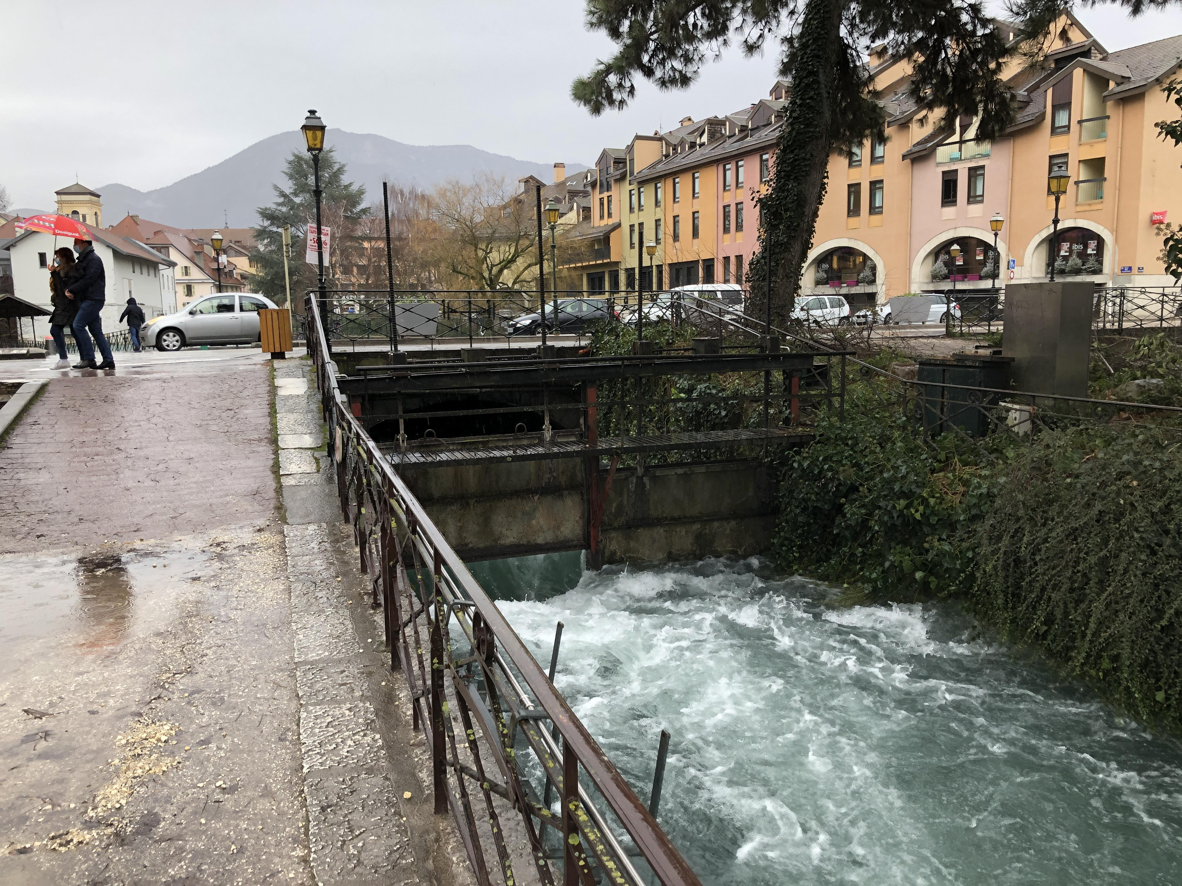 Annecy : le Thiou se déchaîne dans les canaux de la vieille ville et déborde en aval