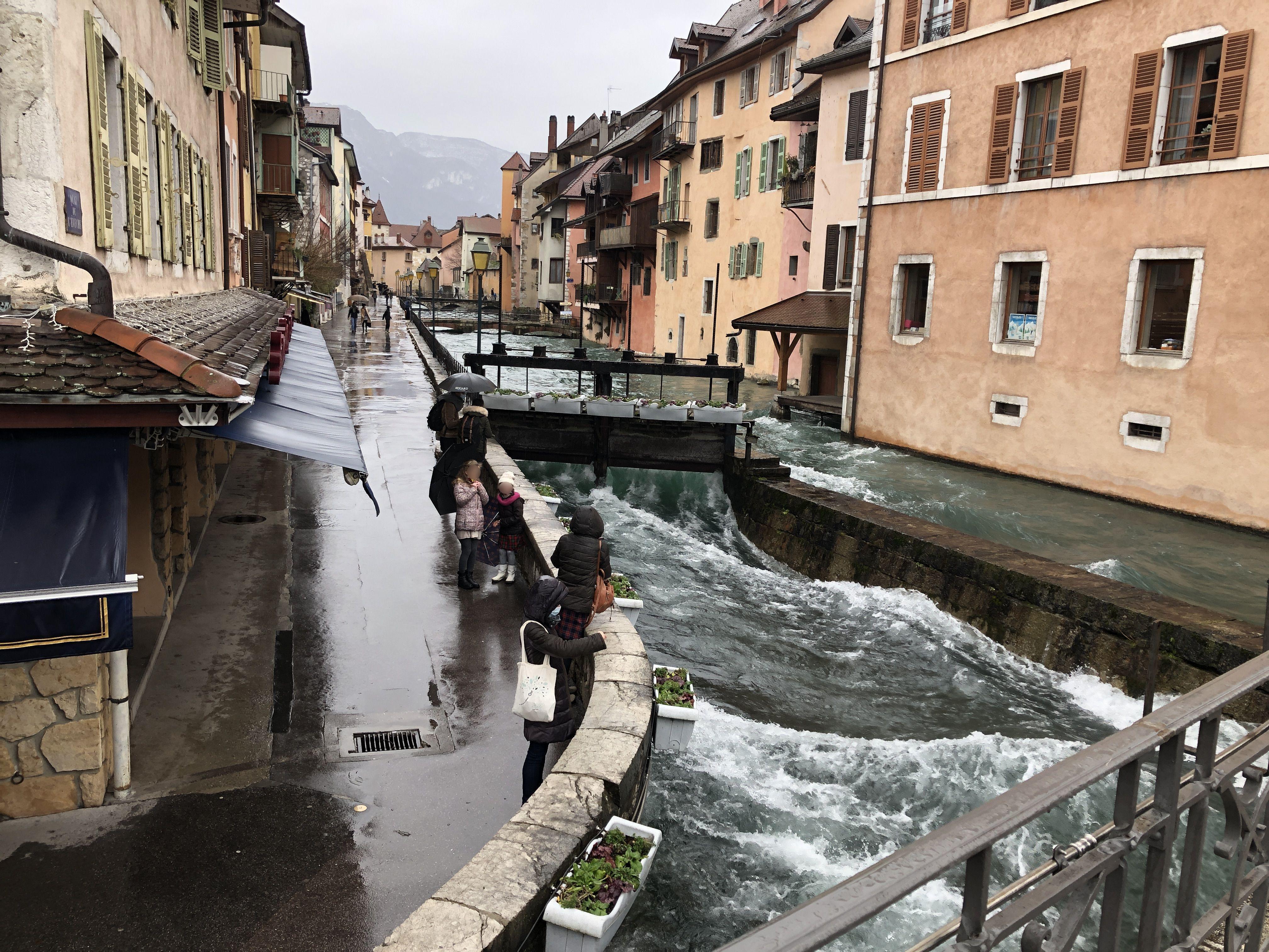 Les vannes du Thiou sont ouvertes, gonflant la rivière dans les canaux du vieil Annecy et inondant les rives en direction du pont Neuf.